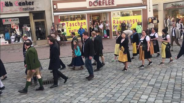 Frühjahrsdult Umzug Landshut 2018 Dult Bilder Festwirt Franz Widmann mit den Bedienungen Fotos Haack