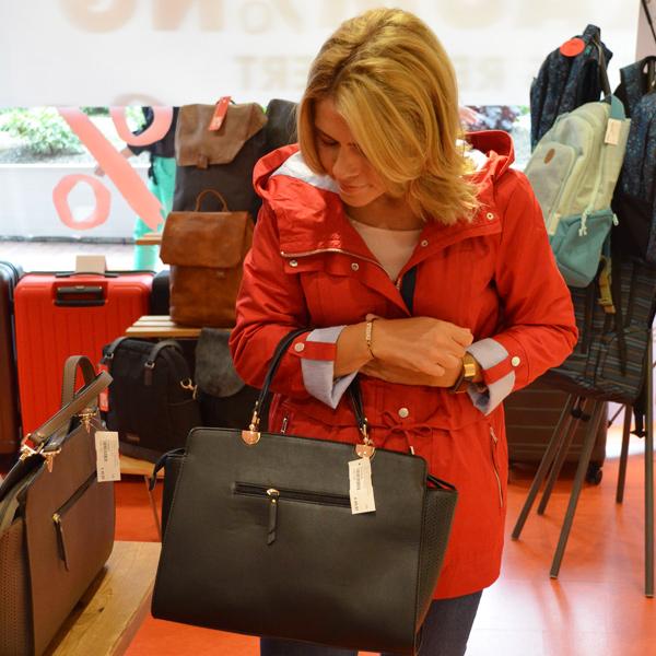 Taschen bei Offermann im Ausverkauf - Offermann schließt Filialen in Hürth Park und im Rheincenter Köln Weiden